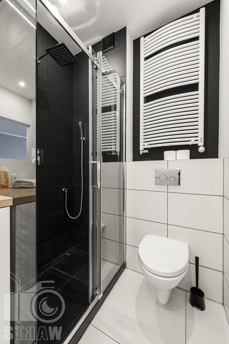 Sesje zdjęciowe apartamentów na wynajem, fotograf wnętrz Warszawa, łazienka, wc, kabina prysznicowa z deszczownicą, kaloryder.