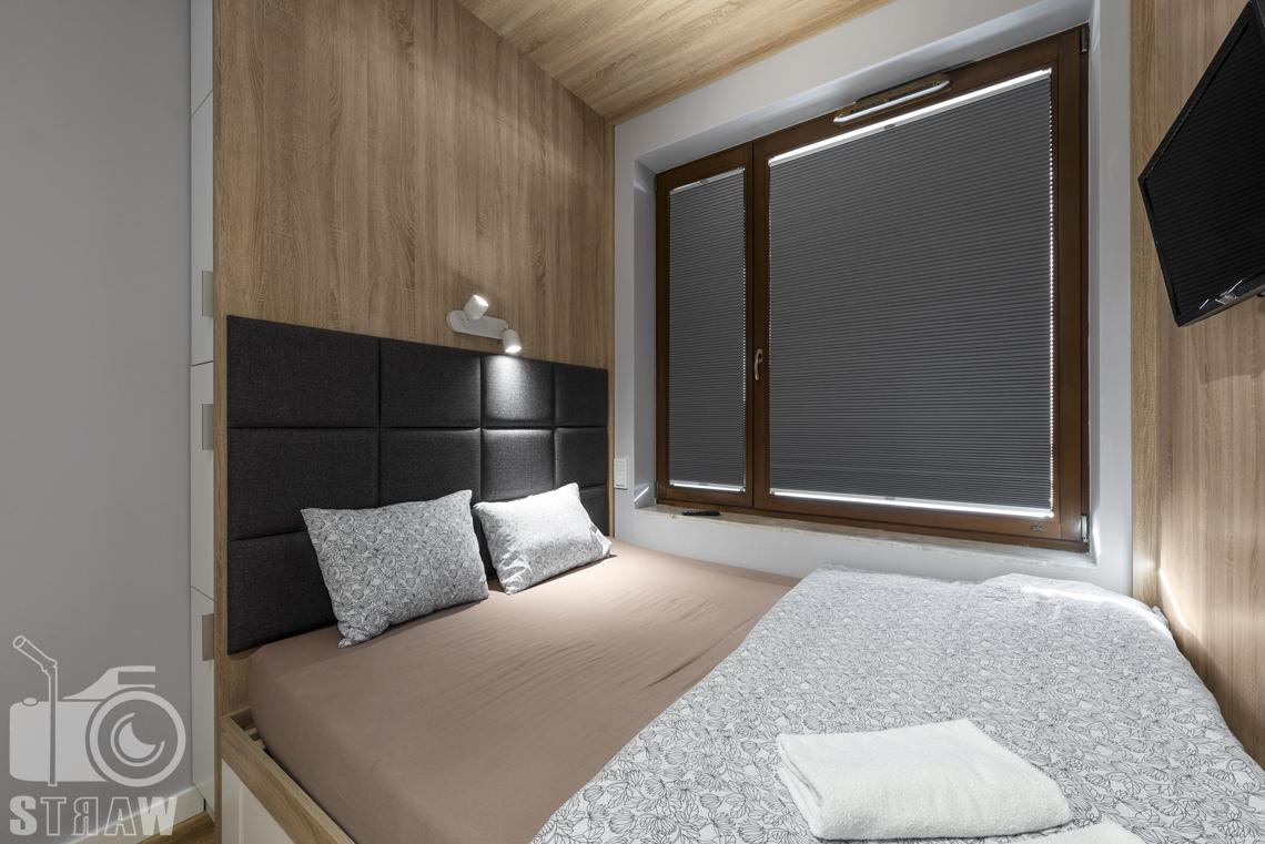Sesje zdjęciowe apartamentów na wynajem, fotograf wnętrz Warszawa, sypialnia, lóżko podwójne, okno, telewizor.