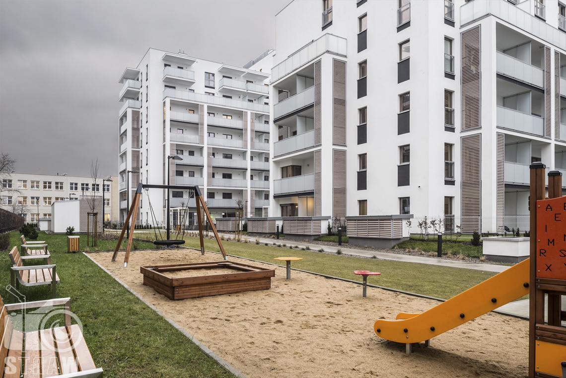 Sesje zdjęciowe apartamentów na wynajem krótkoterminowy, fotografia wnętrz Warszawa, architektura, plac zabaw, ławki.