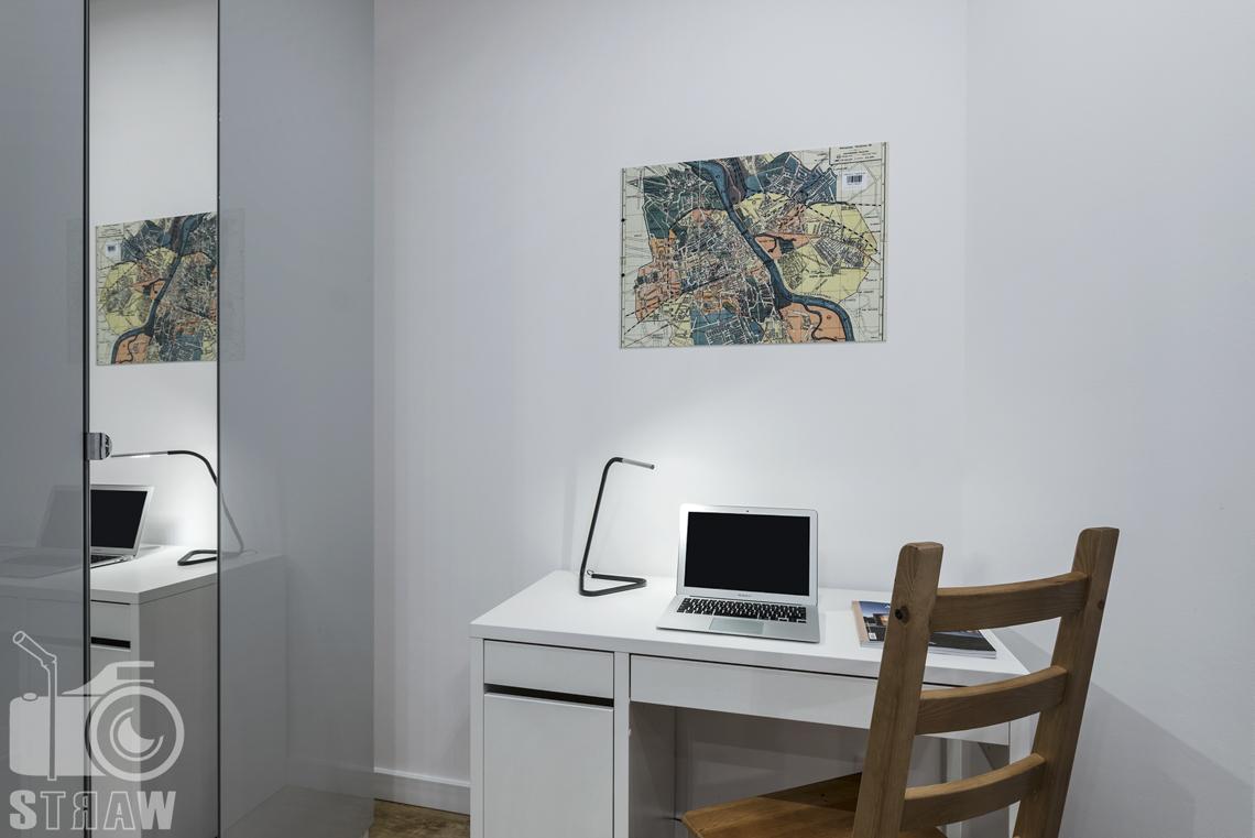 Sesje zdjęciowe apartamentów na wynajem krótkoterminowy, fotografia wnętrz Warszawa, sypialnia, biurko, krzesło, lampka, szafa z lustrem.