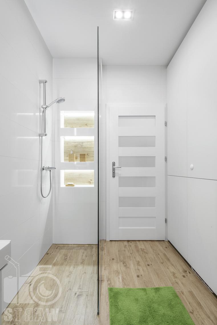Sesje zdjęciowe apartamentów na wynajem krótkoterminowy, fotografia wnętrz Warszawa, łazienka, kabina prysznicowa, pólki łazienkowe, drzwi wejściowe.