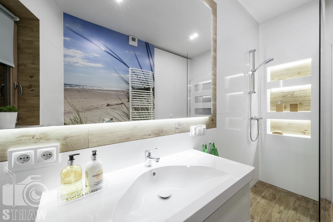 Sesje zdjęciowe apartamentów na wynajem krótkoterminowy, fotografia wnętrz Warszawa,łazienka, umywalka, kabina prysznicowa, lustro, półki łazienkowe.