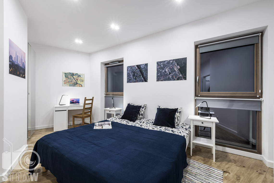 Sesje zdjęciowe apartamentów na wynajem krótkoterminowy, fotografia wnętrz Warszawa, sypialnia, łózko dwuosobowe, okna, lampki nocne, biurko, krzesło, obrazki., szafki nocne,