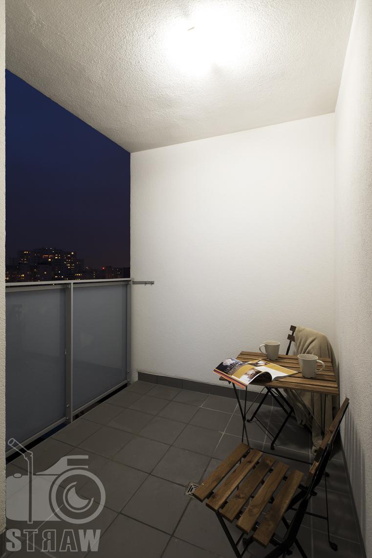 Sesje zdjęciowe apartamentów na wynajem krótkoterminowy, fotografia wnętrz Warszawa, taras, stolik ze stołkami.