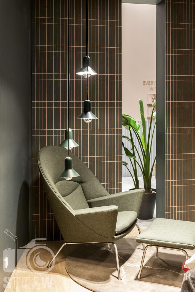 Fotorelacje, targi, zdjęcia z targów Salone del Mobile Milano, Acerbis, fotel podnóżek, lampy wiszące, kwiat w doniczce.