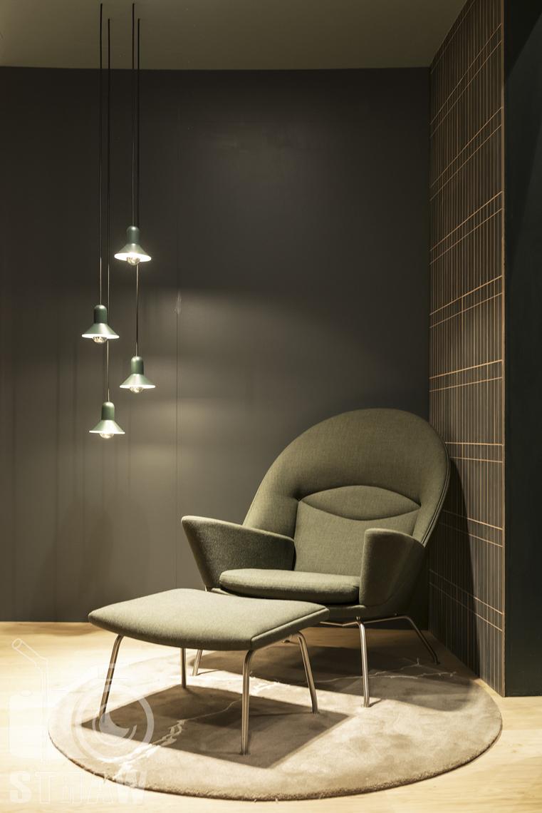 Fotorelacje, targi, zdjęcia z targów Salone del Mobile Milano, firma Acerbis, fotel z podnóżkiem, lampy wiszące.