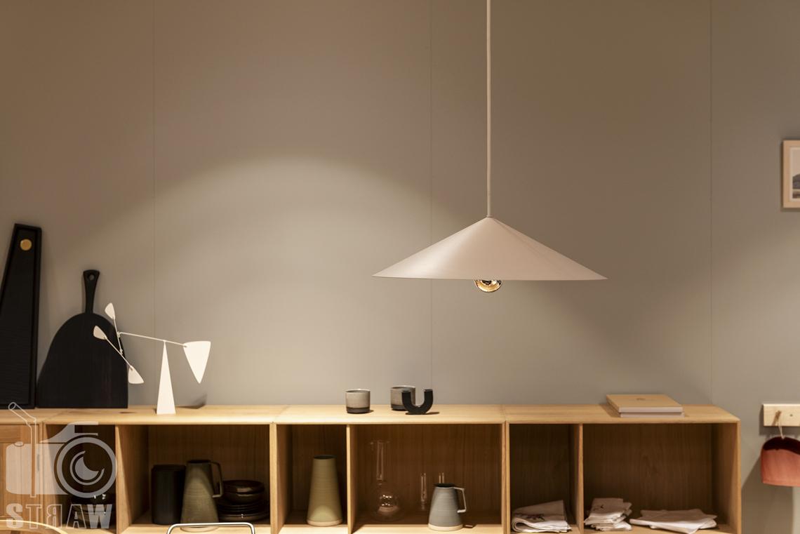 Fotorelacje, targi, zdjęcia z targów Salone del Mobile Milano, Acerbis, lampa wisząca, pólka z detalami.