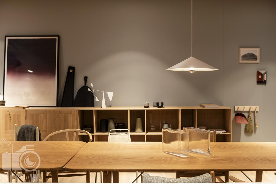 Fotorelacje, targi, zdjęcia z targów Salone del Mobile Milano, Acerbis, stół, krzesła, szafka z detalami, lampa wisząca.