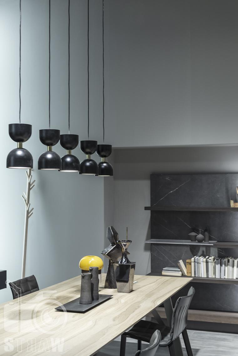 Fotorelacje, targi, zdjęcia z targów Salone del Mobile Milano, Acerbis, stół, krzesła, lampy wiszące, drobne elementy na stole.