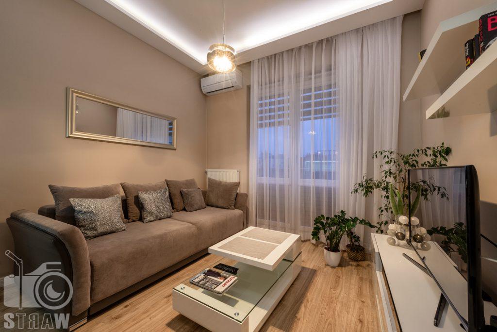Fotografia apartamentów na wynajem krótko i długoterminowy, salon z klimatycznym oświetlaniem.