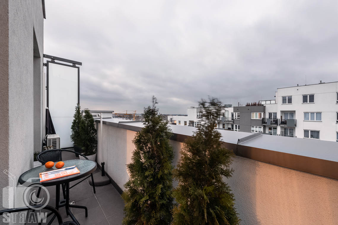 Fotografia apartamentów na wynajem krótko i długoterminowy, taras przynależny do apartamentu.