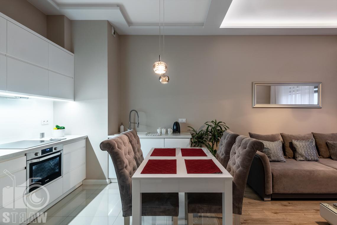 Fotografia apartamentów na wynajem krótko i długoterminowy, jadalnia w apartamencie.