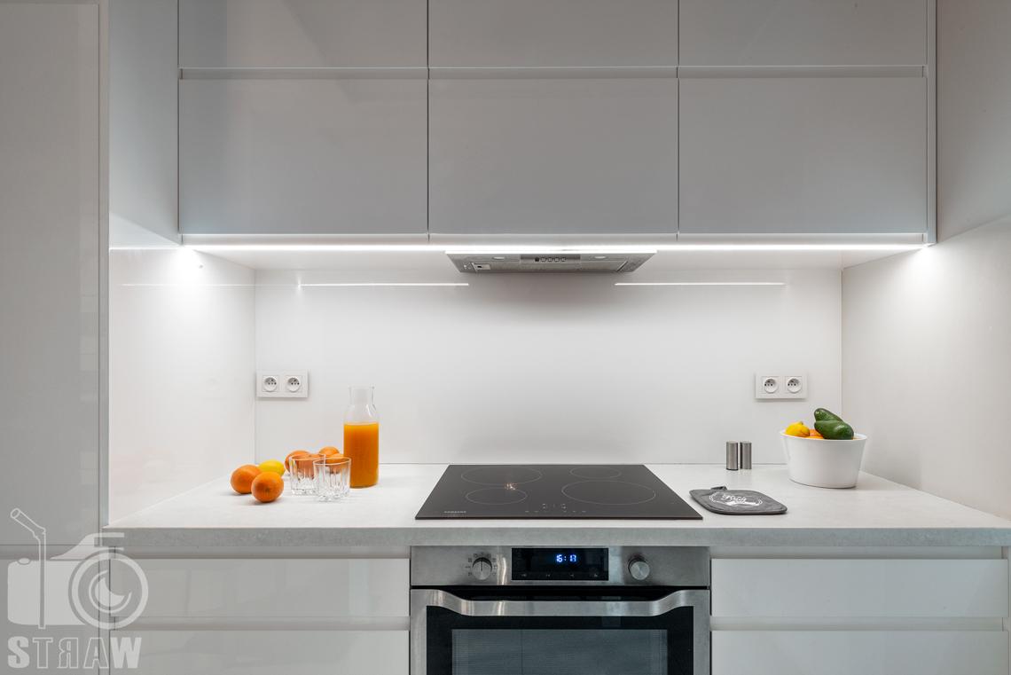 Fotografia apartamentów na wynajem krótko i długoterminowy, zbliżenie na blaty kuchenne w apartamencie.