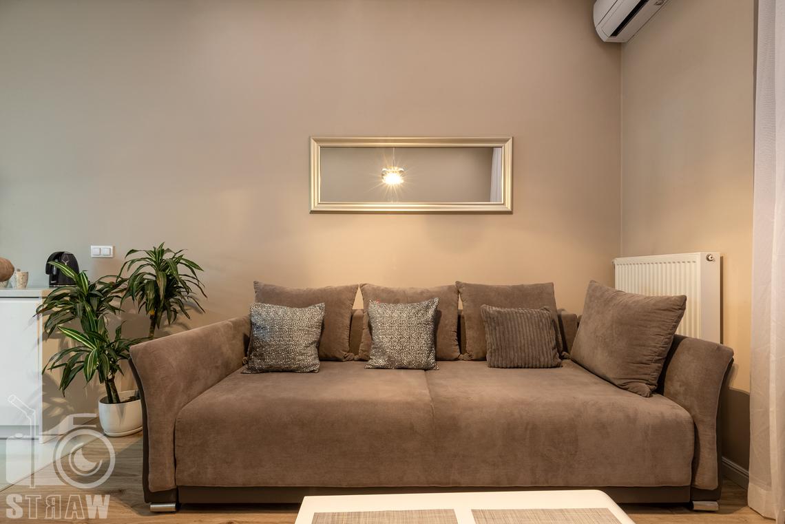 Fotografia apartamentów na wynajem krótko i długoterminowy, zdjęcie sofy w salonie.