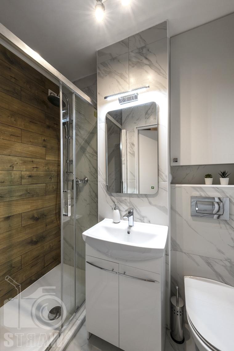 Fotografia nieruchomości na wynajem Warszawa, zdjęcie łazienki z prysznicem.