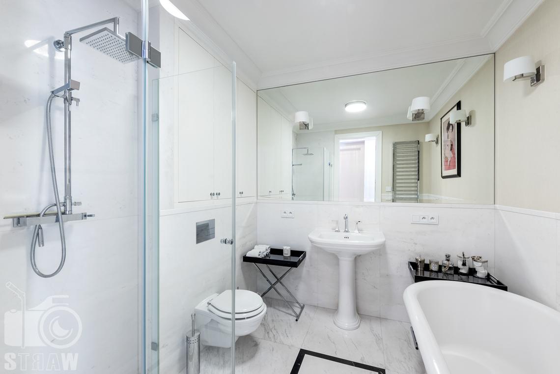 Fotografia wnętrz nieruchomości na sprzedaż, duża łazienka z wanną i prysznicem.