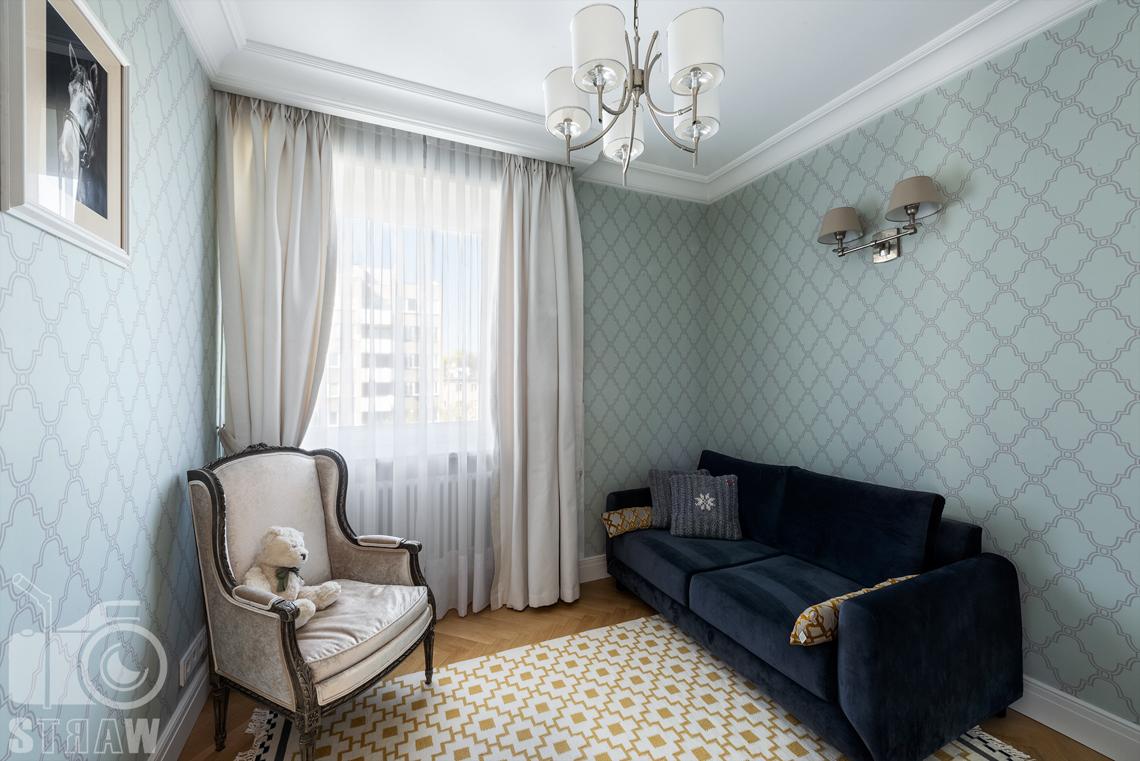 Fotografia wnętrz nieruchomości na sprzedaż Warszawa, na zdjęciu pokój gościnny z sofą.