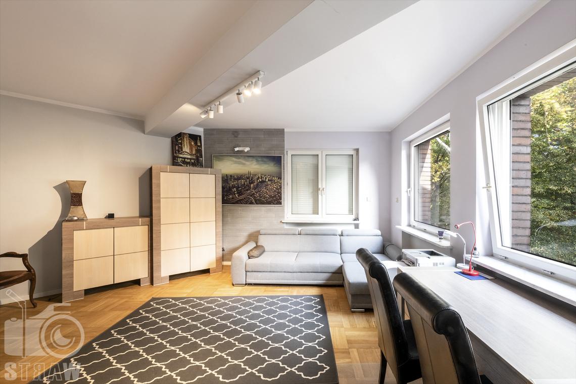Fotograf wnętrz Warszawa, zdjęcia nieruchomości na sprzedaż tutaj pokój gościnny lub gabinet.