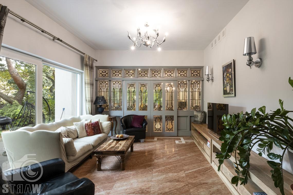 Fotograf wnętrz Warszawa, zdjęcia nieruchomości na sprzedaż, pokój wypoczynkowy przed salonem.