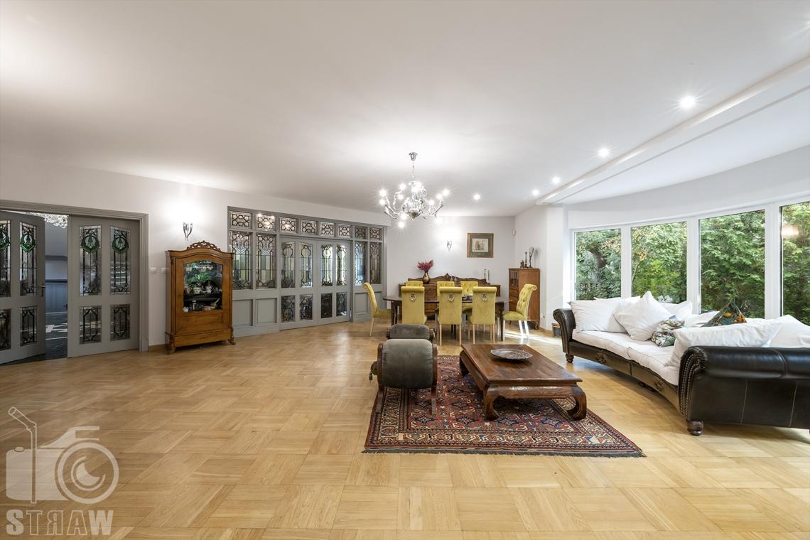 Fotograf wnętrz Warszawa, zdjęcia nieruchomości na sprzedaż, zdjęcie salonu i witraży dzielących z pozostałymi pomieszczeniami.