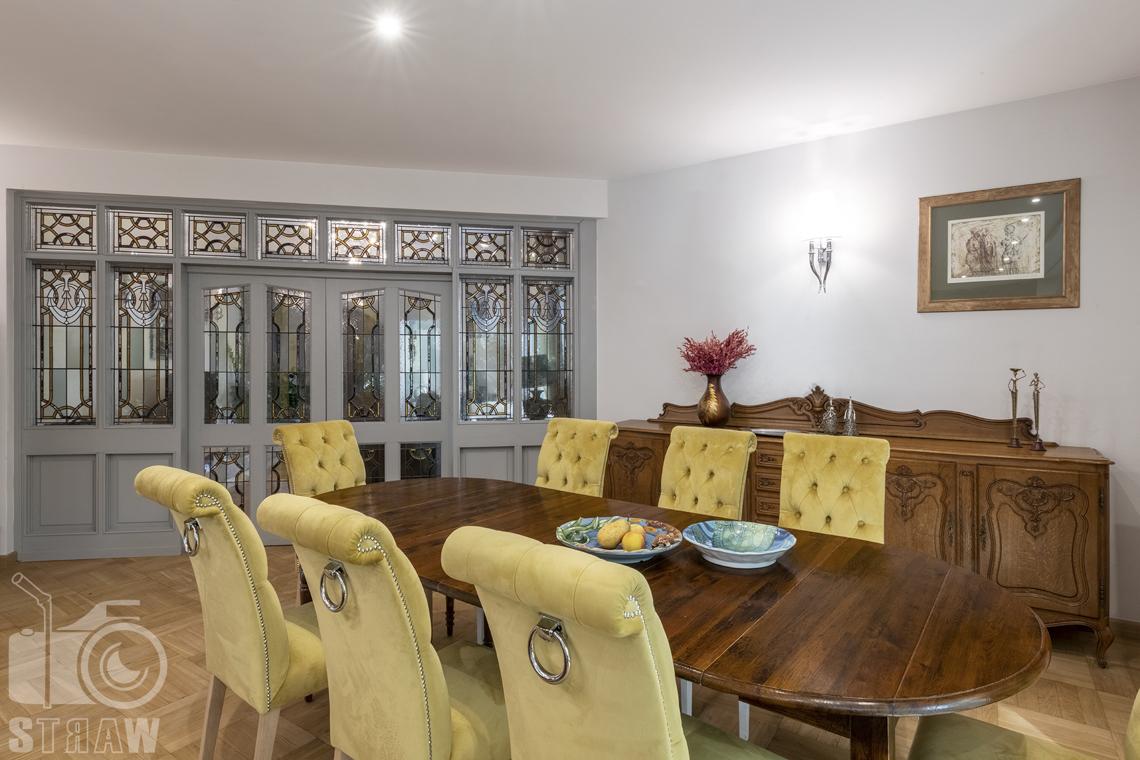 Fotograf wnętrz Warszawa, zdjęcia nieruchomości na sprzedaż, zdjęcie prezentujące część jadalną w salonie.