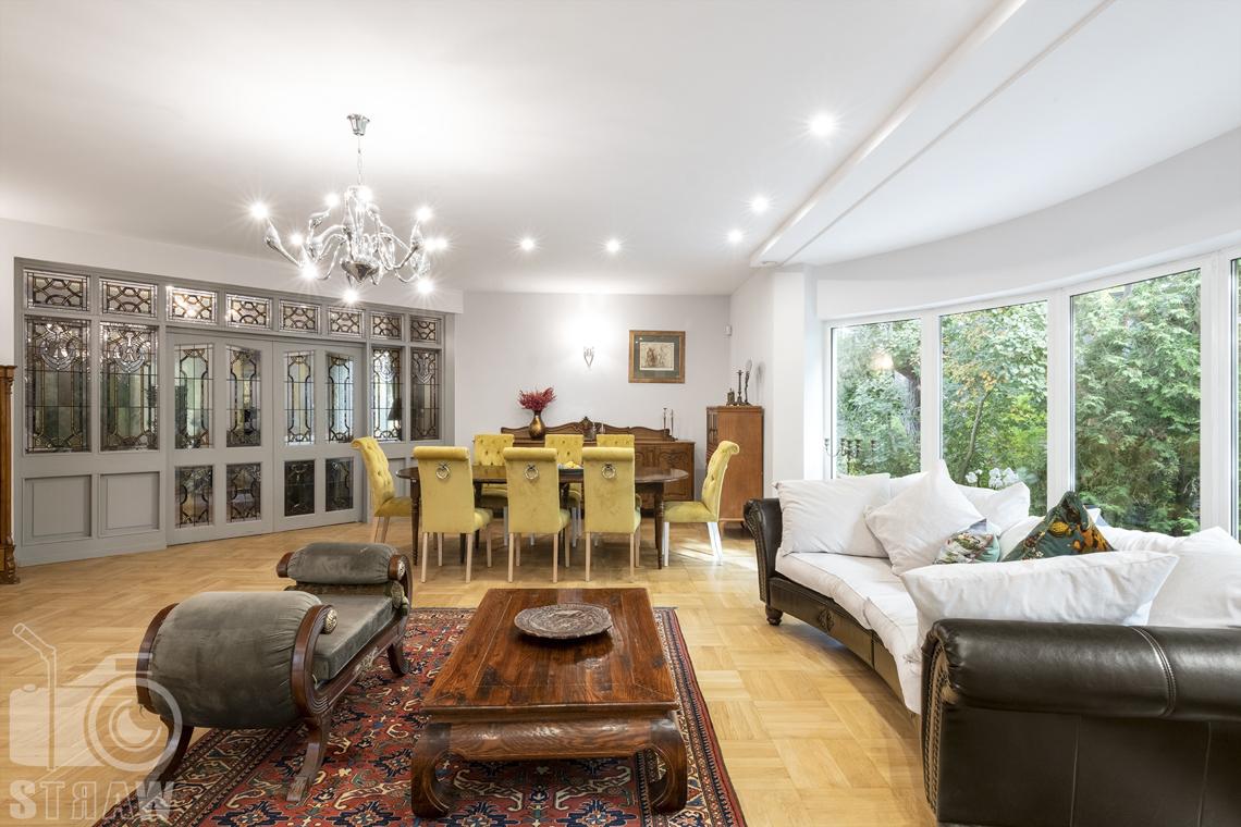 Fotograf wnętrz Warszawa, zdjęcia nieruchomości na sprzedaż, ujęcie salonu z zestawem wypoczynkowym.