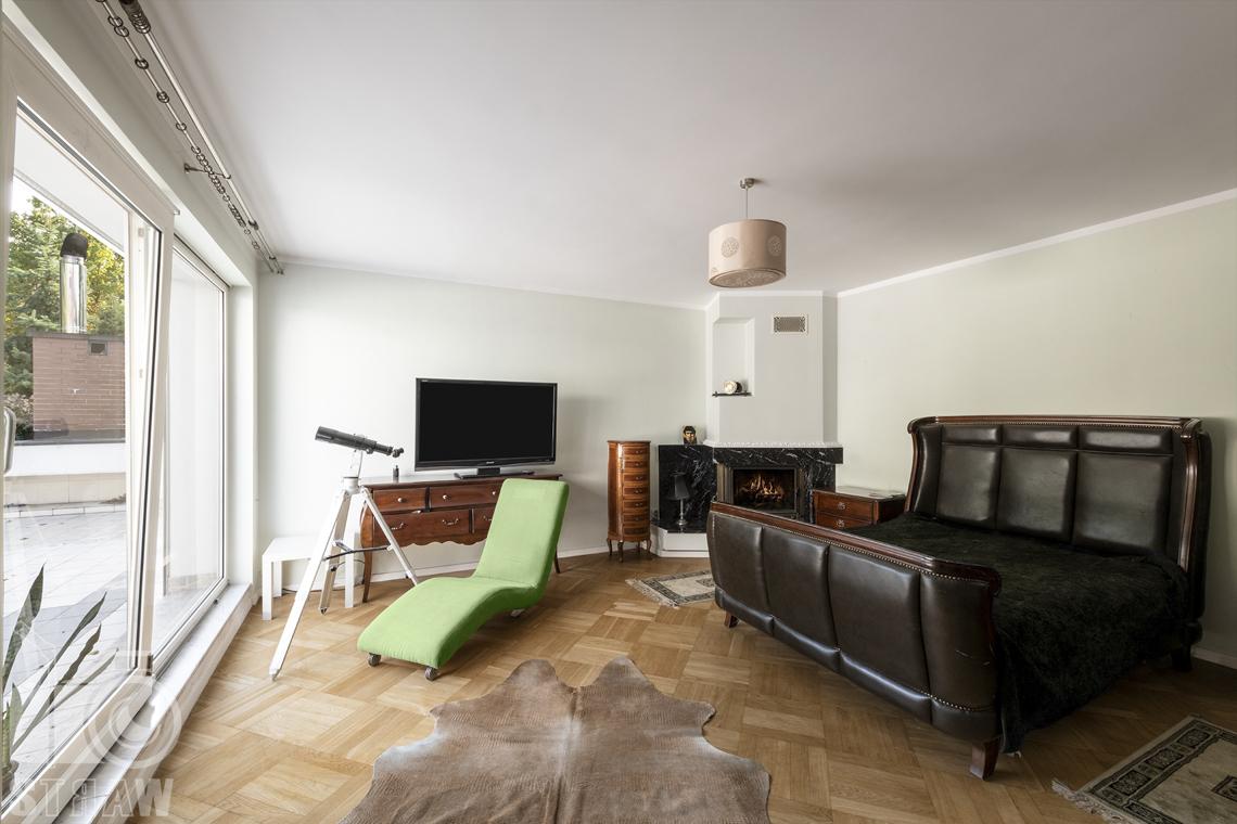 Fotograf wnętrz Warszawa, zdjęcia nieruchomości na sprzedaż, na zdjęciu sypialnia z kominkiem.