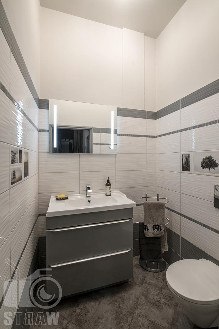 Fotograf wnętrz Warszawa, zdjęcia nieruchomości na sprzedaż, małe toaleta gościnna.