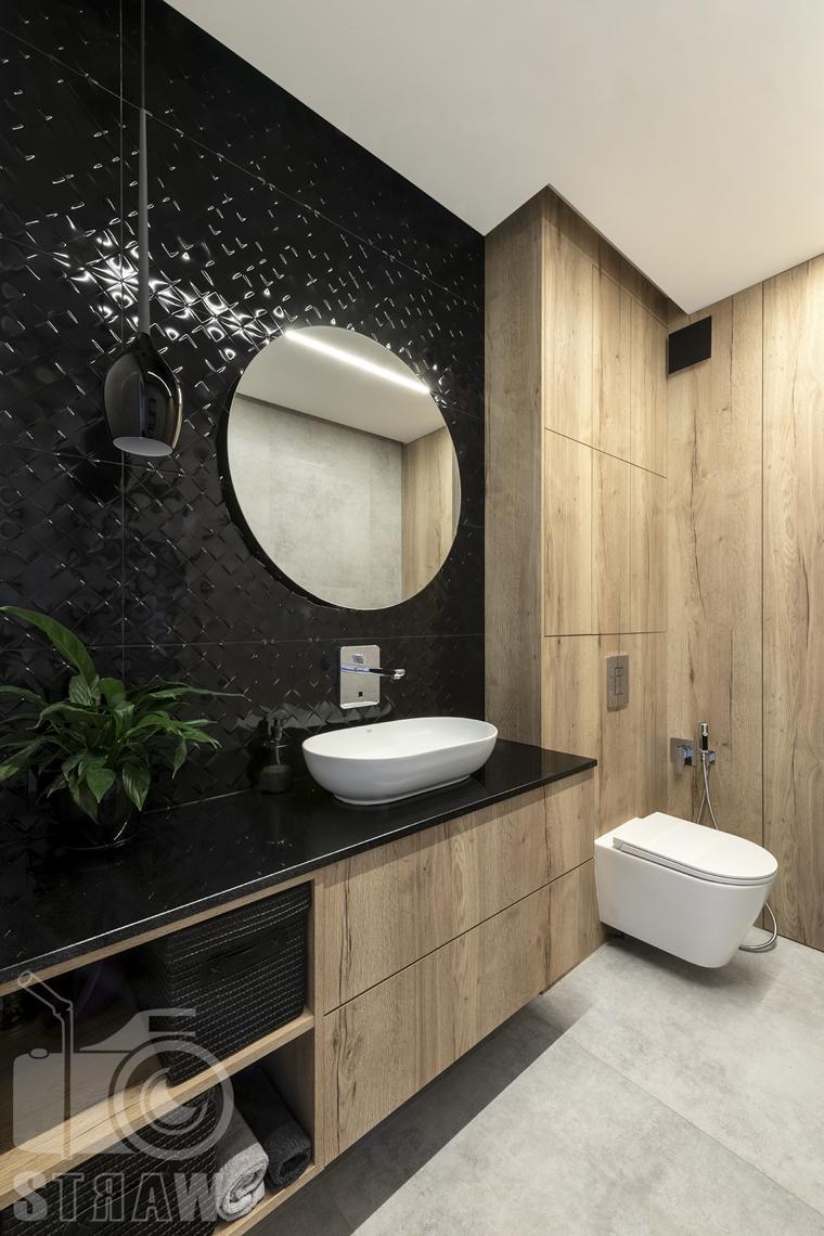 Fotografia wnętrz dla producenta zabudowy firmy Kittchen, ujęcie łazienki z zabudową i szafkami.
