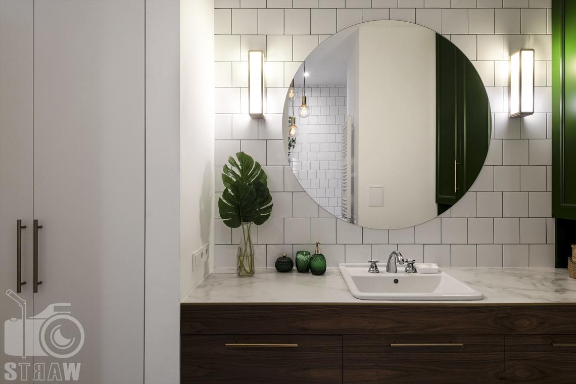 Fotografia wnętrz, zdjęcia, kamienica, łazienka, lustro, oświetlenie boczne, umywalka, szafa, szafka.