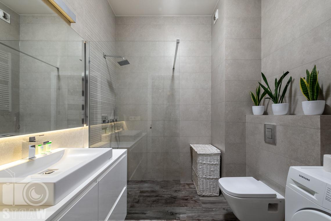 Fotografia apartamentów na wynajem krótko i długoterminowy, łazienka z przeszklonym prysznicem.