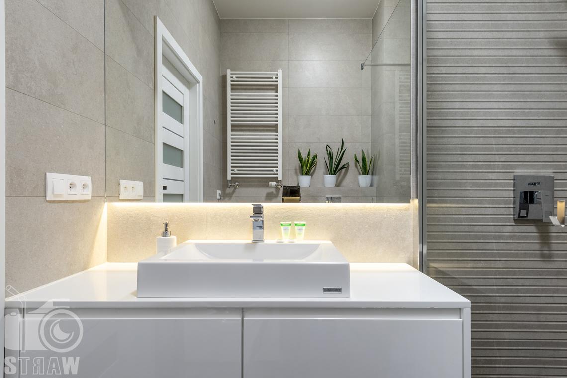 Fotografia apartamentów na wynajem krótko i długoterminowy, umywalka w łazience apartamentu.