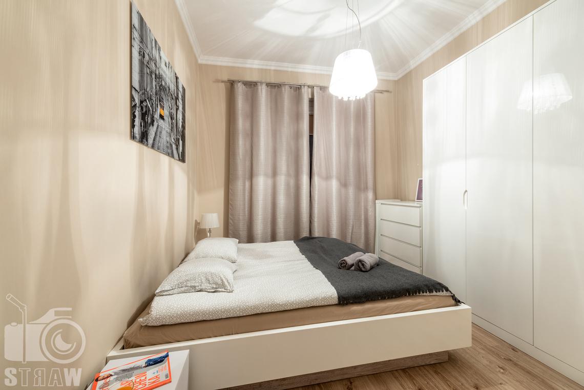 Fotografia apartamentów na wynajem krótko i długoterminowy, sypialnia z szafą i łóżkiem.