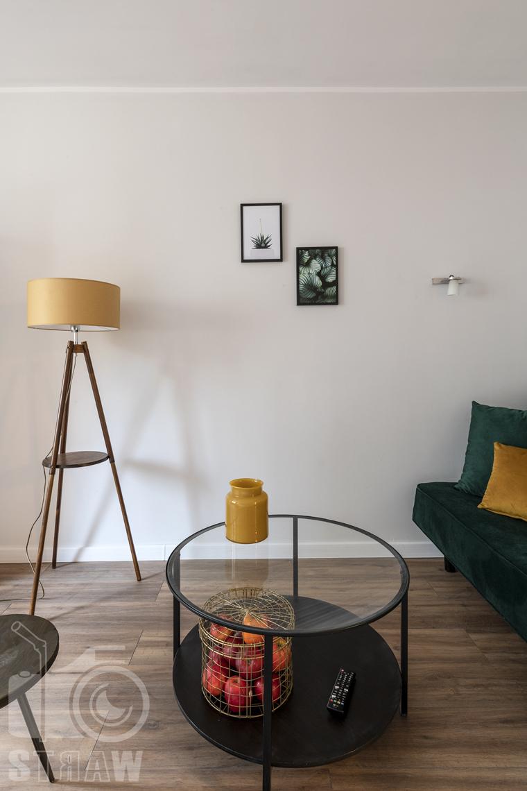 Fotografia nieruchomości na wynajem Warszawa, zdjęcie stołu i lampy w salonie.