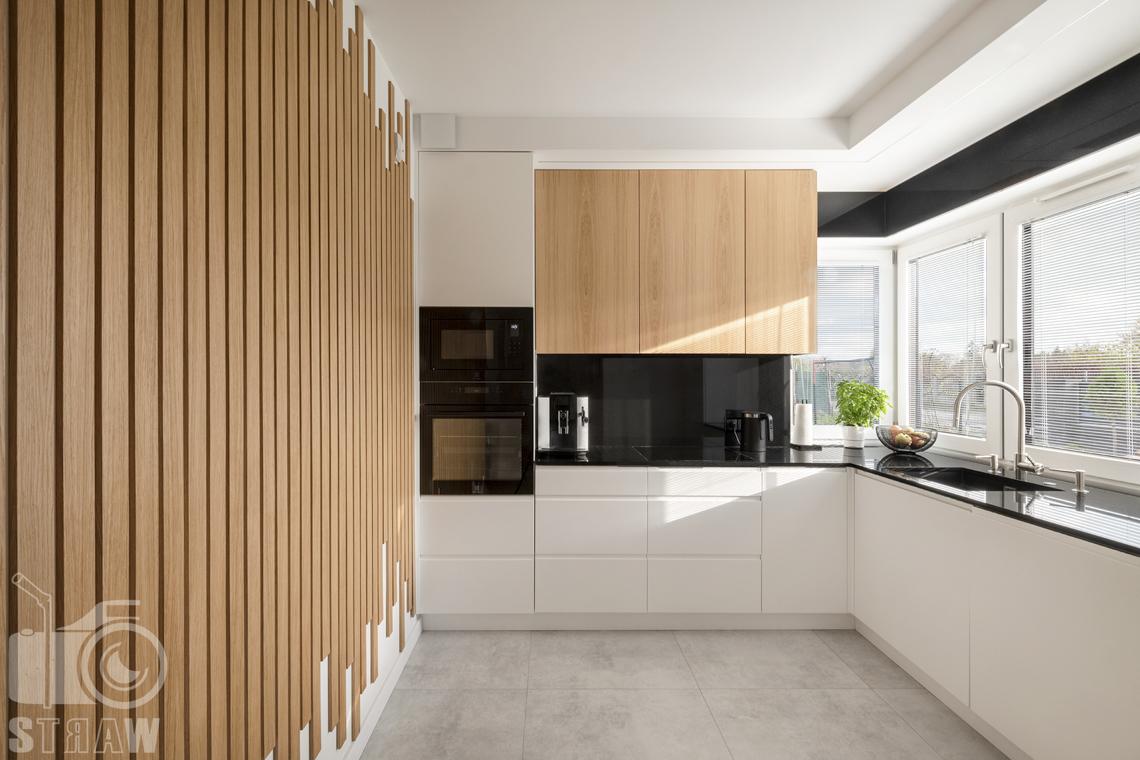 Fotografia wnętrz dla producenta zabudowy firmy Kittchen, na zdjęciu kuchnia z zabudowa i wykonanymi lamelami.