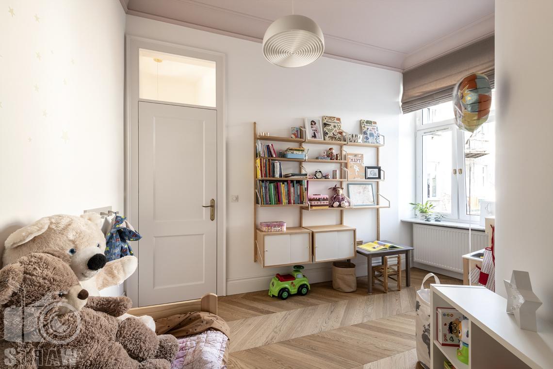 Fotografia wnętrz, zdjęcia, kamienica, pokój dziecka, okno, regały, zabawki.