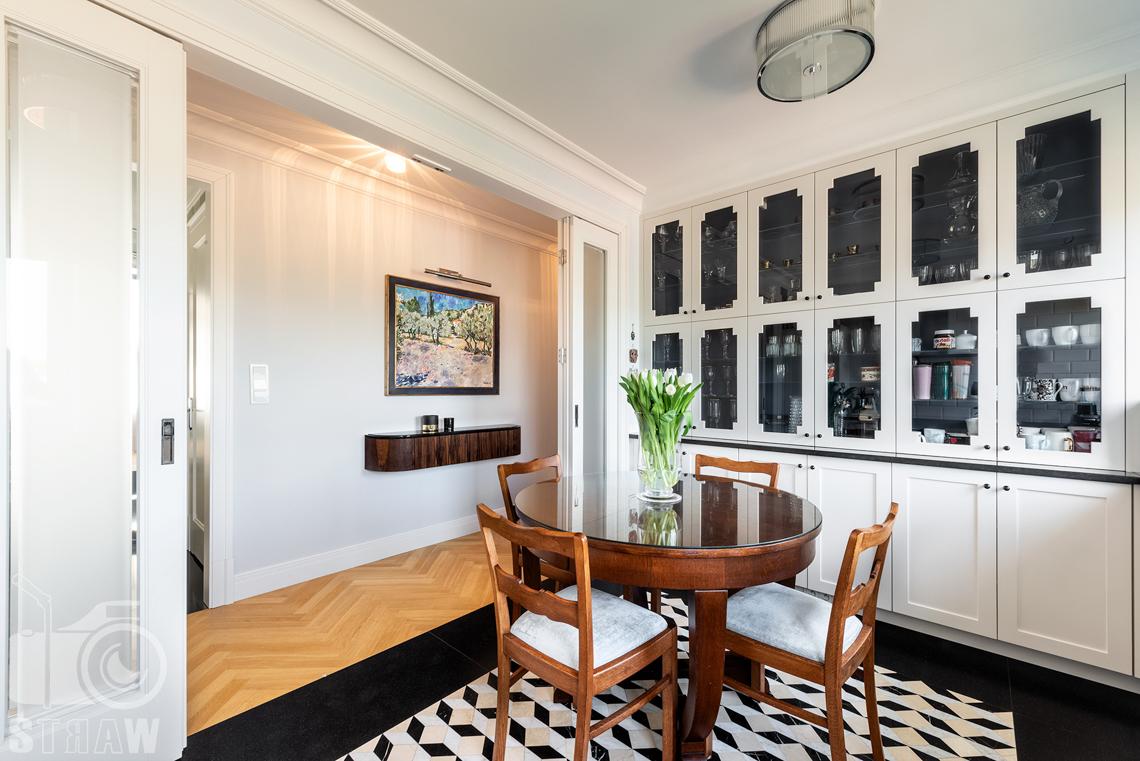 Fotografia wnętrz nieruchomości na sprzedaż, kuchnia z rozsuwanymi drzwiami.