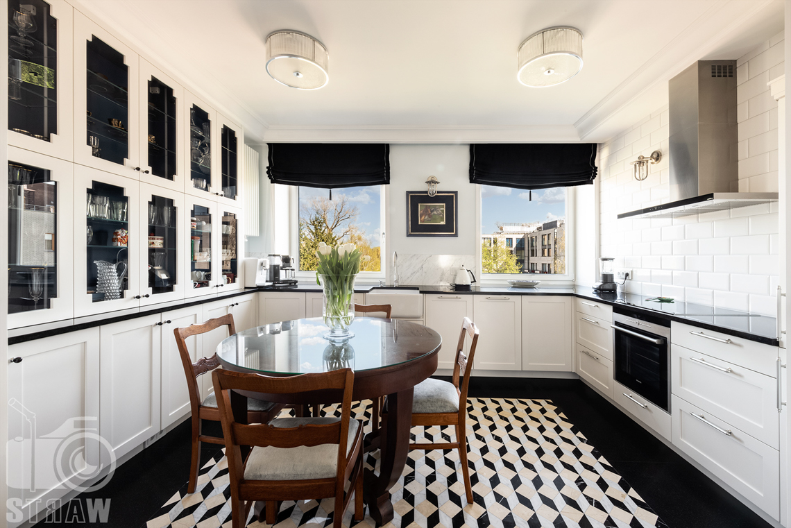 Fotografia wnętrz nieruchomości na sprzedaż, kuchnia zaaranżowana w bieli i czerni.