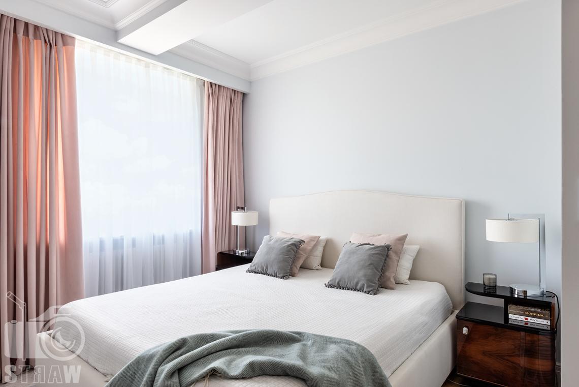 Fotografia wnętrz nieruchomości na sprzedaż w Warszawie, sypialnia z dużym łóżkiem.