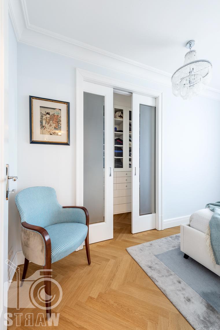 Fotografia wnętrz nieruchomości na sprzedaż, wejście do garderoby z sypialni małżeńskiej.