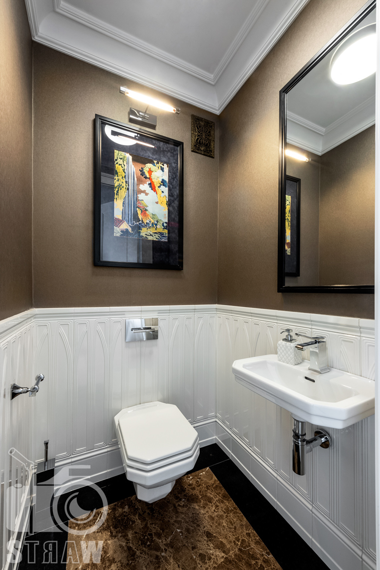 Fotografia wnętrz nieruchomości na sprzedaż w Warszawie, mała toaleta gościnna.