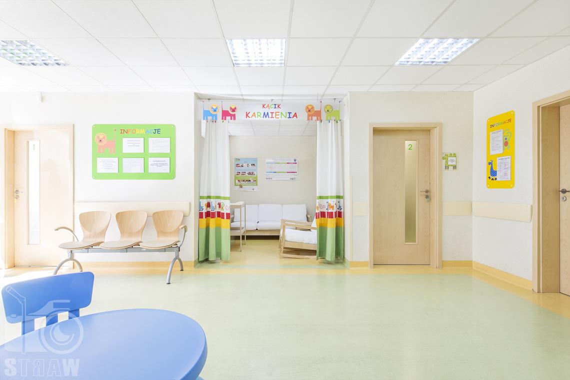 Zdjęcia wnętrz przychodni specjalistycznej publicznego zakładu opieki zdrowotnej ZOZ Wola-Śródmieście przy ulicy Elekcyjnej w Warszawie, poczekalnia w przychodni dla dzieci.