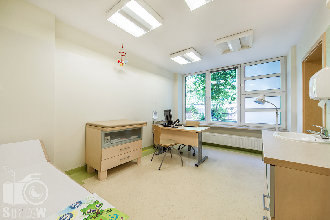 Zdjęcia wnętrz przychodni specjalistycznej publicznego zakładu opieki zdrowotnej ZOZ Wola-Śródmieście przy ulicy Elekcyjnej w Warszawie, gabinet lekarski dla dzieci.