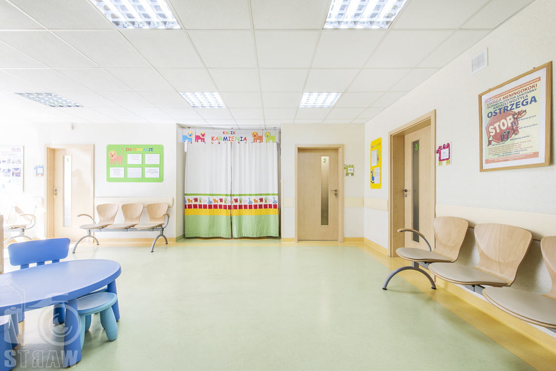 Zdjęcia wnętrz przychodni specjalistycznej publicznego zakładu opieki zdrowotnej ZOZ Wola-Śródmieście przy ulicy Elekcyjnej w Warszawie, na zdjęciu poczekalni w poradni dziecięcej.