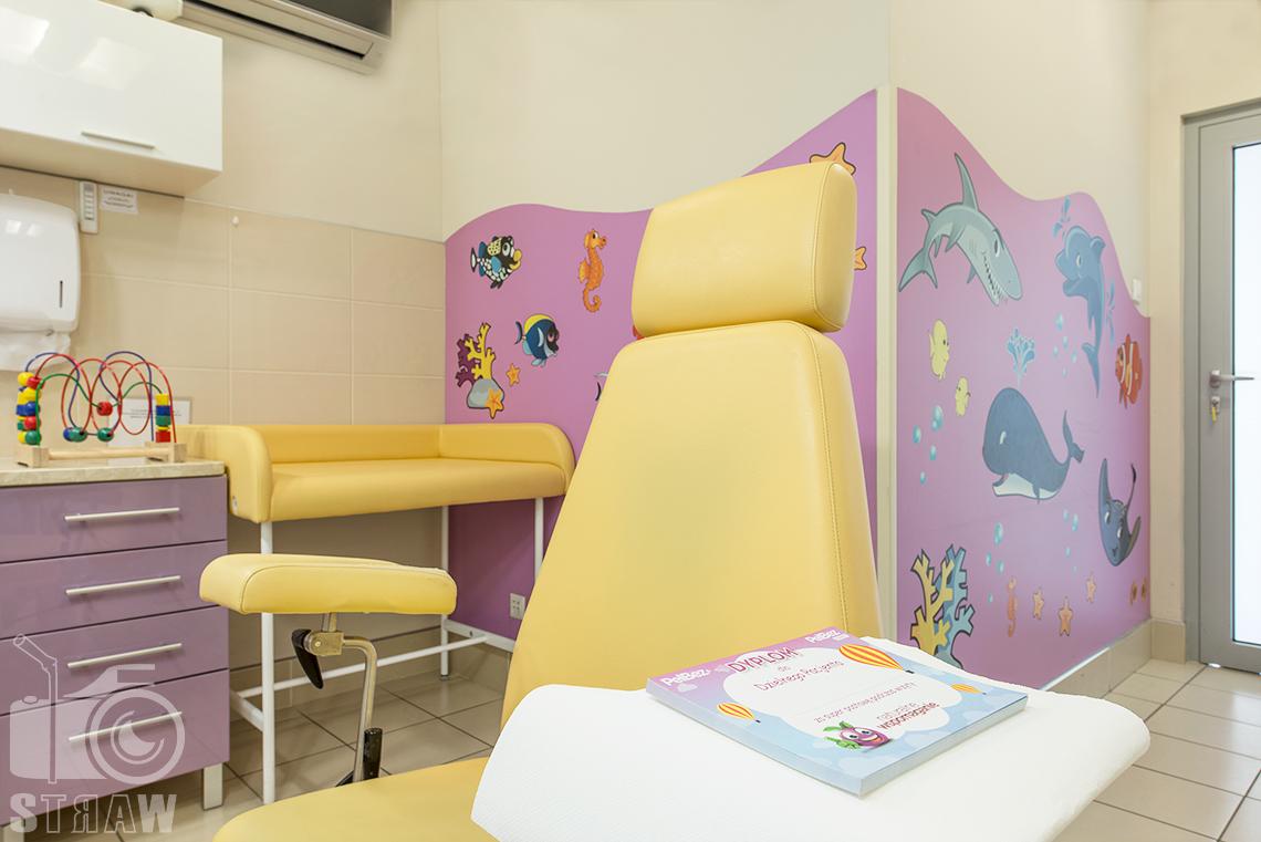 Zdjęcia wnętrz przychodni specjalistycznej publicznego zakładu opieki zdrowotnej ZOZ Wola-Śródmieście przy ulicy Elekcyjnej w Warszawie, gabinet stomatologii dziecięcej.