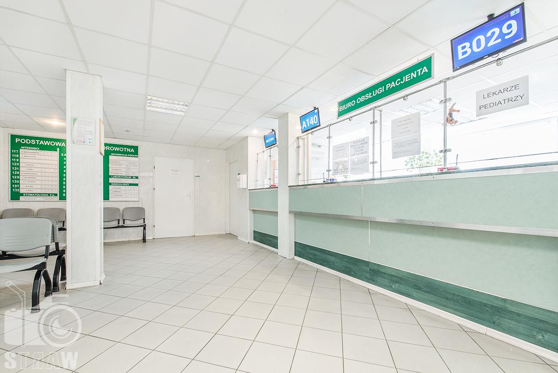 Zdjęcia wnętrz przychodni specjalistycznej publicznego zakładu opieki zdrowotnej ZOZ Wola-Śródmieście przy ulicy Elekcyjnej w Warszawie, biuro obsługi pacjenta.
