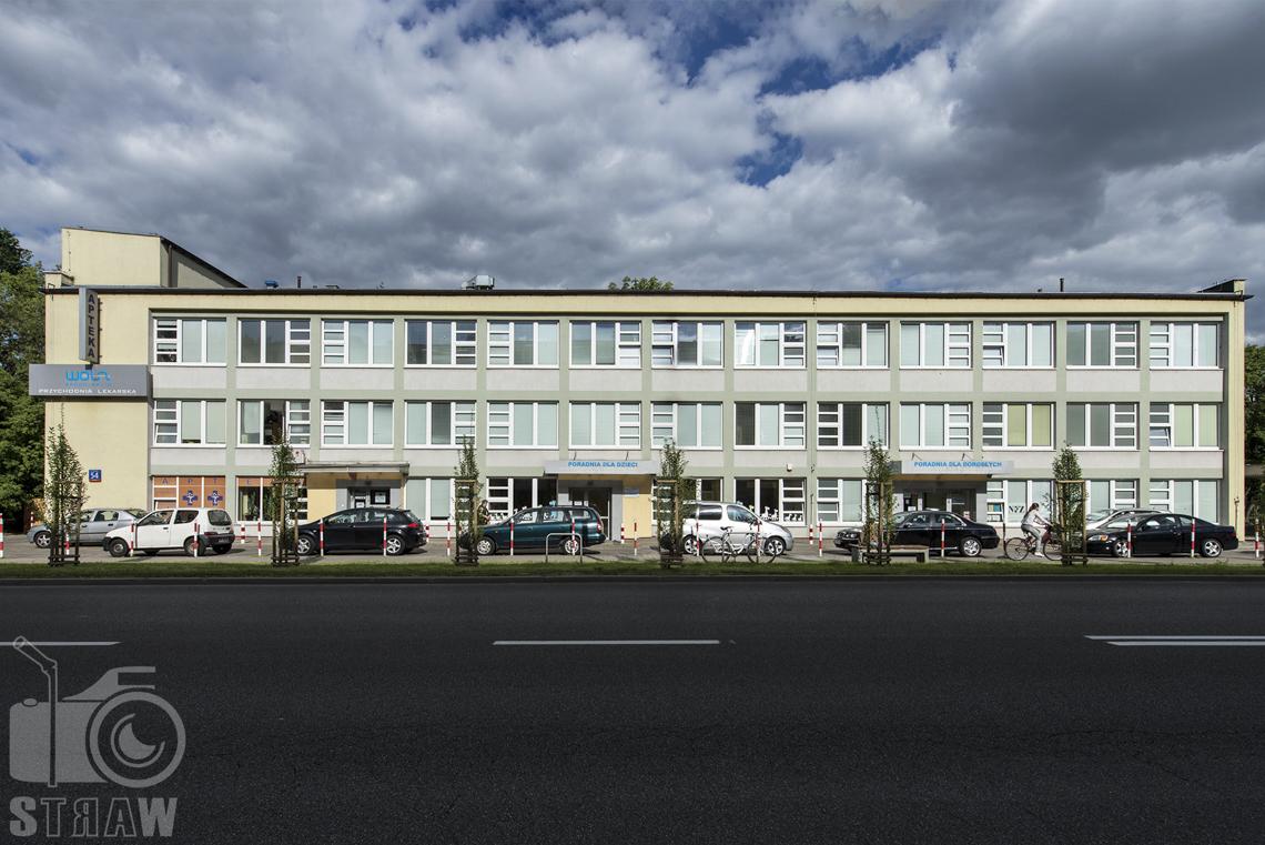 Zdjęcia wnętrz przychodni specjalistycznej publicznego zakładu opieki zdrowotnej ZOZ Wola-Śródmieście przy ulicy Elekcyjnej w Warszawie, budynek przychodni z zewnątrz.