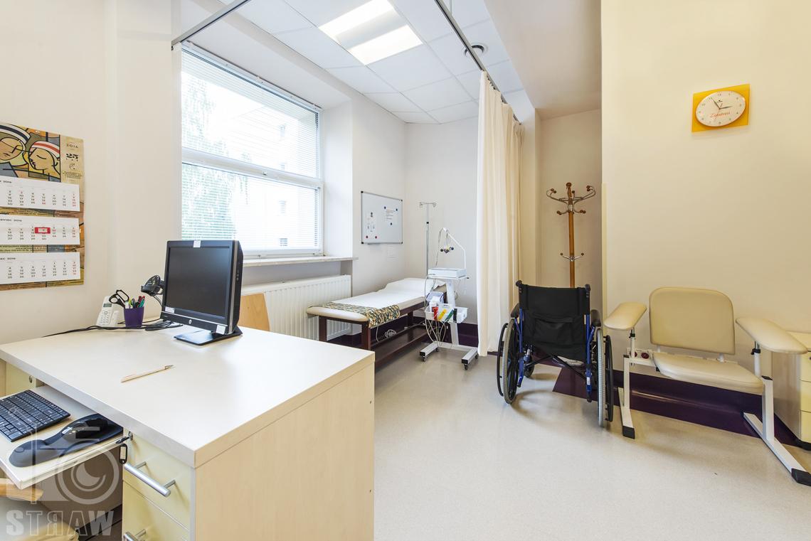 Fotografia wnętrz przychodni specjalistycznej publicznego zakładu opieki zdrowotnej wola-śródmieście przy ulicy Dragonów w Warszawie, gabinet zabiegowy ekg.