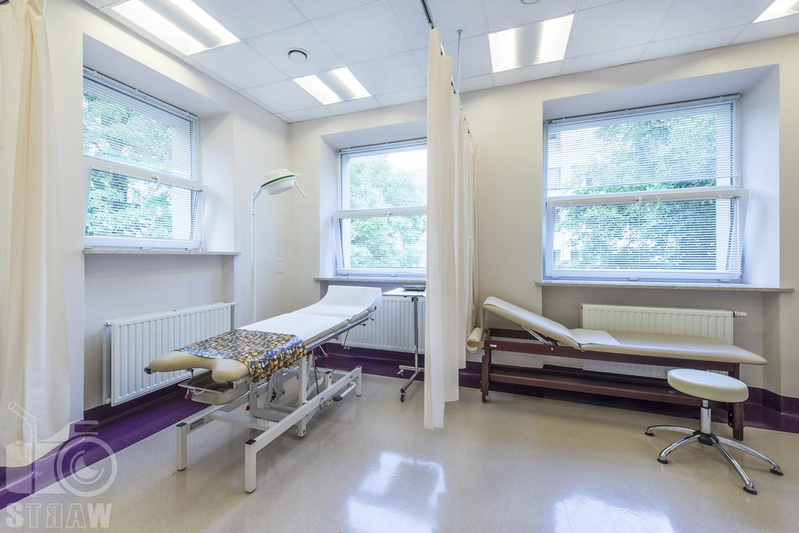 Fotografia wnętrz przychodni specjalistycznej publicznego zakładu opieki zdrowotnej wola-śródmieście przy ulicy Dragonów w Warszawie, gabinet zabiegowy.