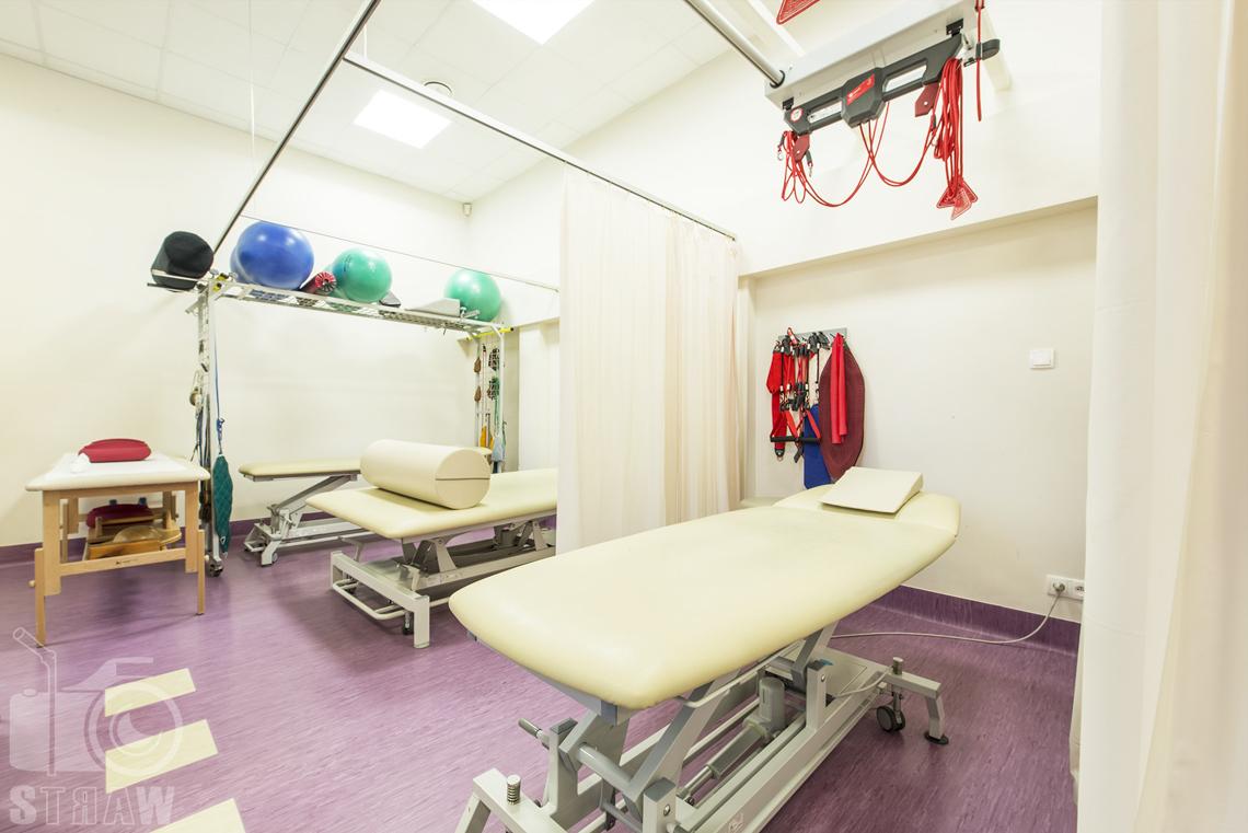 Fotografia wnętrz przychodni specjalistycznej publicznego zakładu opieki zdrowotnej wola-śródmieście przy ulicy Dragonów w Warszawie, pomieszczenie rehabilitacyjne.